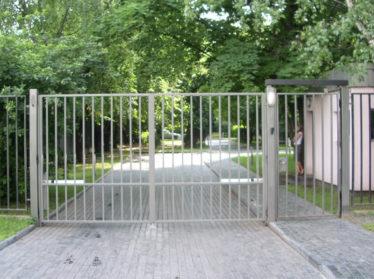 забор из профтрубы с распашными воротами с калиткой