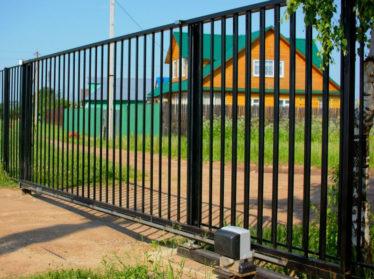 Забор из профильной трубы с автоматическими откатными воротами