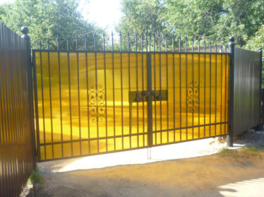 забор из поликарбоната с распашными воротами